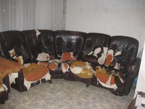 Порванный диван
